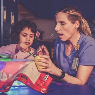 Niña y doctora dibujando