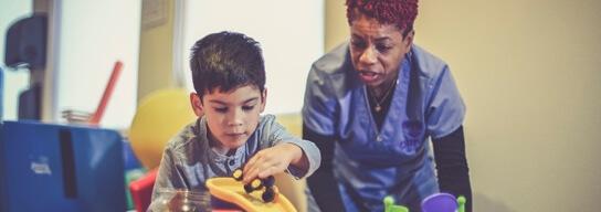 Niño con doctora jugando