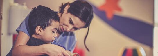 Niño con doctora en terapia