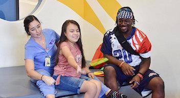 Jugador del AFE USA All-Stars con paciente en terapia.